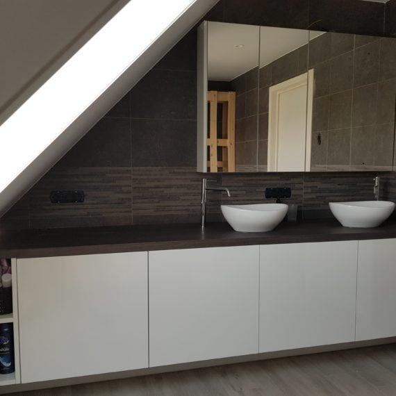 badkamer-glazende-formica-houten-tablet-t-en-t-interieur-exterieur