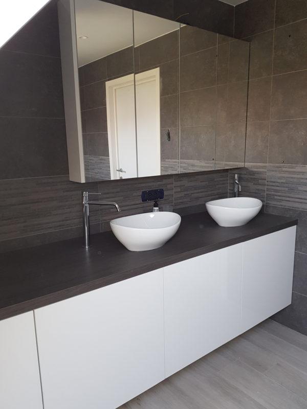 omslagfoto-badkamer-glanzende-formica-houten-tablet