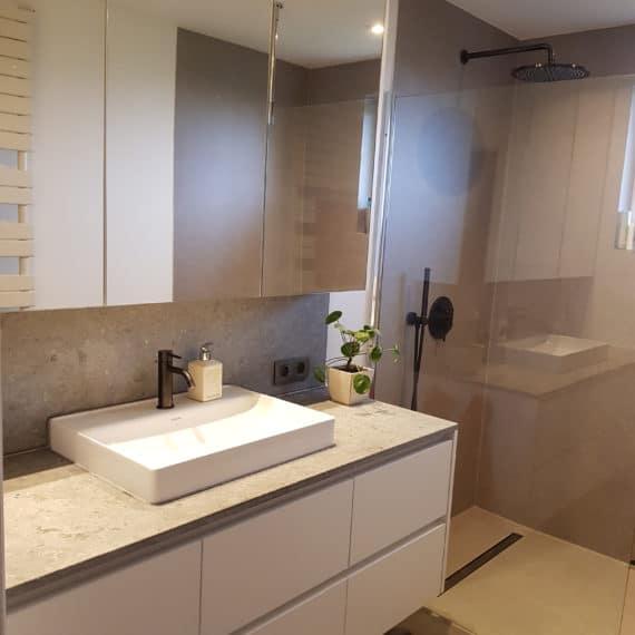badkamer-wit-natuursteen-moorslede